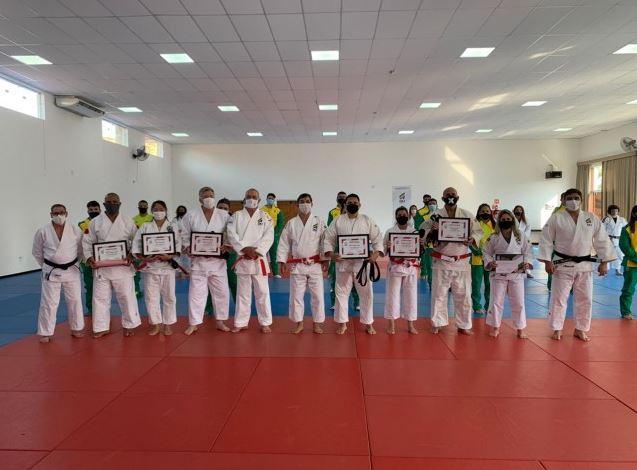 Judocas olímpicos e paralímpicos são promovidos a Kodansha em homenagem da Confederação Brasileira de Judô