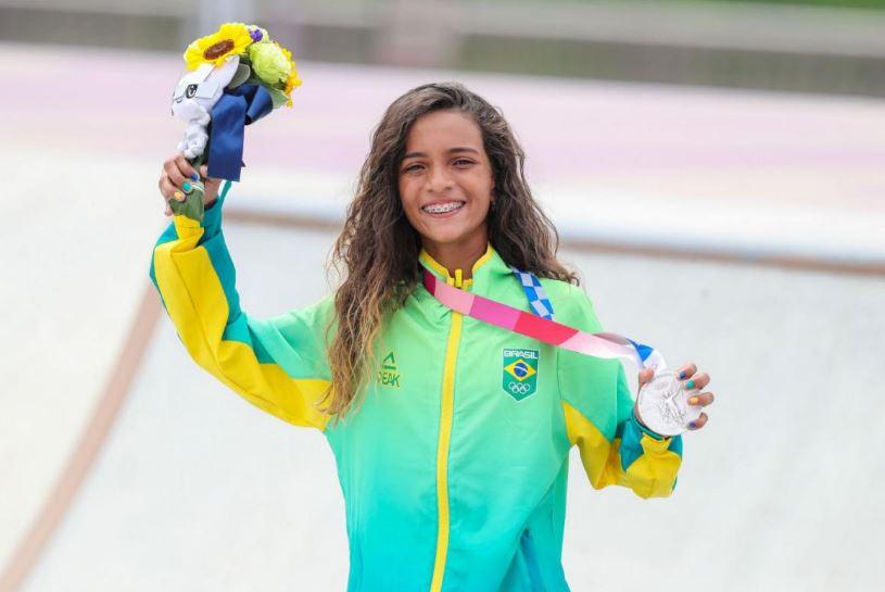 Rayssa Leal conquista a medalha de prata e se torna a atleta mais jovem do Brasil a subir em um Pódio Olímpico